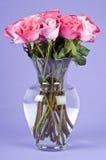 Ramalhete de rosas cor-de-rosa em um vaso de vidro Imagem de Stock