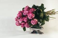 Ramalhete de rosas cor-de-rosa no fundo branco Foto de Stock Royalty Free