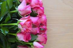 Ramalhete de rosas cor-de-rosa no fundo de madeira Conceito do dia do ` s do dia, da mãe do ` s do Valentim do St ou do feliz ani Foto de Stock