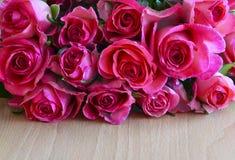 Ramalhete de rosas cor-de-rosa no fundo de madeira Conceito do dia do ` s do dia, da mãe do ` s do Valentim do St ou do feliz ani Fotografia de Stock