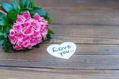 Ramalhete de rosas e da inscrição cor-de-rosa no amor Amor do conceito, sta Imagem de Stock Royalty Free