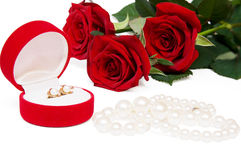Ramalhete de rosas e da jóia vermelhas fotos de stock royalty free