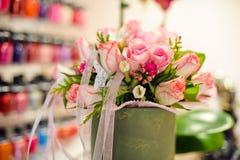 Ramalhete de rosas e de fitas cor-de-rosa Fotografia de Stock
