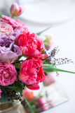 Ramalhete de rosas e de tulipas vermelhas e cor-de-rosa Imagens de Stock