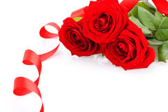 Ramalhete de rosas vermelhas com beira da fita Imagens de Stock