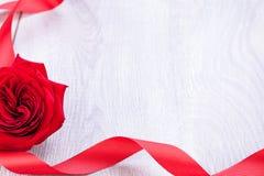 Ramalhete de rosas vermelhas com beira da fita Fotografia de Stock