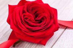 Ramalhete de rosas vermelhas com beira da fita Imagens de Stock Royalty Free