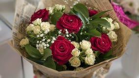 ramalhete de rosas vermelhas e brancas Foto de Stock Royalty Free