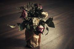Ramalhete de rosas vermelhas e brancas secas Fotografia de Stock Royalty Free
