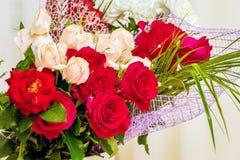 Ramalhete de rosas vermelhas e cor-de-rosa para cumprimentos Rosas - um grande GIF imagem de stock royalty free