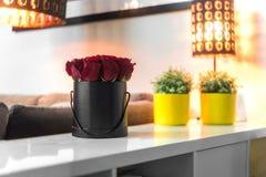 Ramalhete de rosas vermelhas na caixa negra imagens de stock