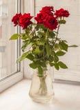 Ramalhete de rosas vermelhas na janela Foto de Stock Royalty Free