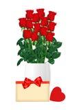 Ramalhete de rosas vermelhas no vaso branco, no cartão e no close up vermelho do coração Foto de Stock Royalty Free