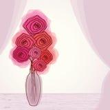 Ramalhete de rosas vermelhas no vaso pela janela Imagens de Stock