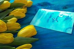 Ramalhete de tulipas amarelas com o cartão de papel da aquarela Foto de Stock Royalty Free