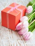 Ramalhete das tulipas, caixa de presente em uma tabela imagem de stock
