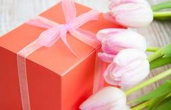 Ramalhete das tulipas, caixa de presente em uma tabela imagens de stock royalty free