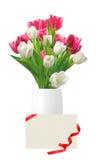 Ramalhete de tulipas cor-de-rosa e brancas no vaso e no cartão isolados Fotografia de Stock