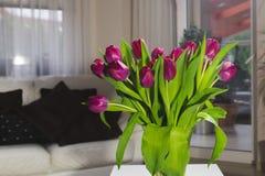Ramalhete de tulipas cor-de-rosa em um vaso de vidro Foto de Stock Royalty Free
