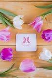 Ramalhete de tulipas cor-de-rosa macias com o cartão em de madeira claro Imagens de Stock