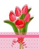 Ramalhete de tulipas e da embalagem vermelhas Fotos de Stock