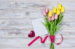 Ramalhete de tulipas e do presente coloridos da mola Fotografia de Stock Royalty Free