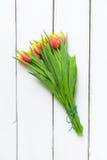Ramalhete de tulipas vermelhas amarelas no fundo de madeira Fotografia de Stock Royalty Free