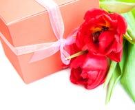 Ramalhete das tulipas, caixa de presente em um fundo branco fotografia de stock
