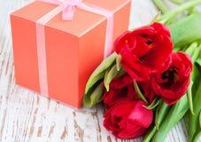 Ramalhete das tulipas, caixa de presente em uma tabela fotografia de stock royalty free