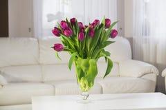 Ramalhete de tulips cor-de-rosa em um fundo branco Imagens de Stock
