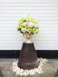 Ramalhete de várias flores no vintage e no vaso moderno sobre o fundo de madeira branco Decoração exterior Imagens de Stock Royalty Free
