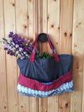 Ramalhete de wildflowers do verão no saco de matéria têxtil em um fundo de madeira Fotografia de Stock