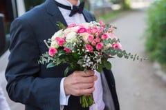 Ramalhete de Wwedding na mão do noivo Imagem de Stock Royalty Free