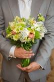 Ramalhete de Wwedding na mão do noivo Fotografia de Stock