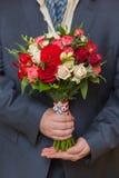 Ramalhete de Wwedding na mão do noivo Fotografia de Stock Royalty Free