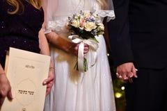 Ramalhete delicado adorável do casamento em cores amarelas e azuis nas mãos da noiva imagem de stock royalty free