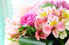 Ramalhete delicado da fr?sia e das rosas postcard imagem de stock royalty free