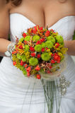 Ramalhete do casamento com as flores vermelhas e verdes Fotografia de Stock Royalty Free