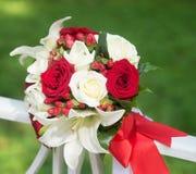 Ramalhete do casamento com as rosas brancas e pretas no fundo verde Fotografia de Stock