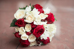 Ramalhete do casamento com as rosas vermelhas e brancas Fotos de Stock