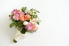 Ramalhete do casamento com rosas das flores em um fundo branco com espaço da cópia Conceito m?nimo Modelo fotos de stock royalty free