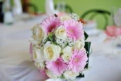 Ramalhete do casamento com rosas e gerberas fotos de stock