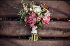 Ramalhete do casamento da beleza no fundo de madeira, decoração do casamento foto de stock royalty free
