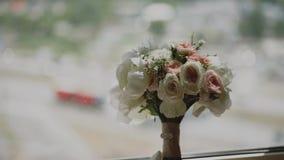 Ramalhete do casamento das flores brancas, cor-de-rosa e vermelhas na janela Manhã do ` s da noiva Ramalhete perto da janela vídeos de arquivo