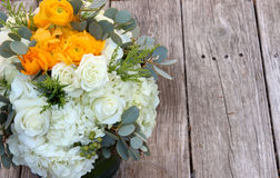 Ramalhete do casamento das flores brancas e alaranjadas Foto de Stock Royalty Free