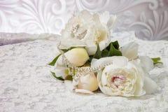 Ramalhete do casamento das peônias brancas no vestido de casamento Imagens de Stock Royalty Free