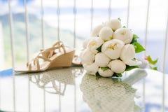 Ramalhete do casamento das peônias e de sapatas nupciais foto de stock