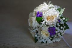 Ramalhete do casamento das rosas brancas com alianças de casamento Imagem de Stock Royalty Free
