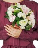 Ramalhete do casamento das rosas brancas e cor-de-rosa nas mãos da noiva Fotos de Stock Royalty Free