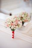 Ramalhete do casamento das rosas na tabela Imagens de Stock